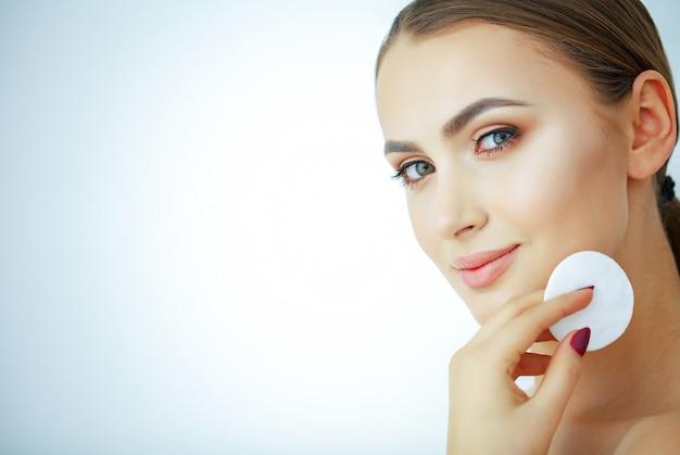 Bellezza e cura, giovane bella donna con pelle pura Foto Premium