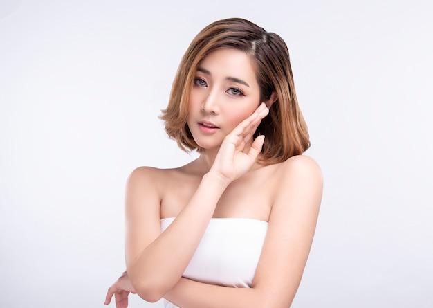 Bellezza giovane donna asiatica con perfetta pelle del viso. gesti per trattamenti termali pubblicitari e cosmetologia. Foto Premium