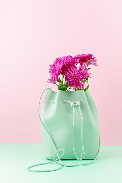 Bellissima borsa per ragazze con fiori. moda urbana femminile, shopping, idee gfit, stile primavera ed estate Foto Premium