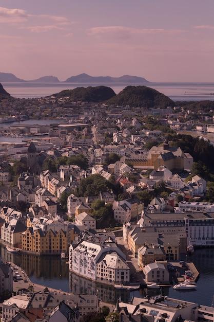 Bellissima città di ålesund e il suo fiordo nella contea di møre og romsdal, norvegia. fa parte del tradizionale distretto di sunnmøre e il centro della regione di ålesund. Foto Premium