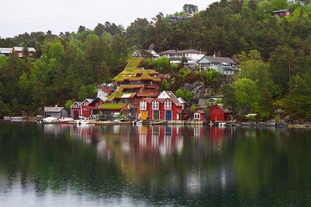 Bellissima città nel norvegese fjiord Foto Premium