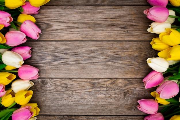 Bellissima composizione realizzata con tulipani su legno Foto Gratuite