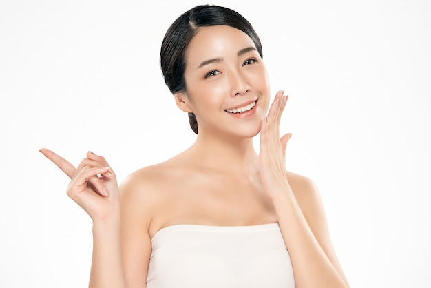 Bellissima giovane donna asiatica con la pelle fresca e pulita Foto Premium