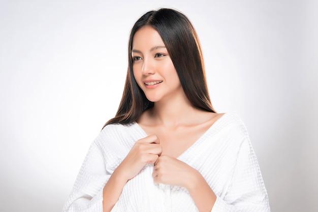 Bellissima giovane donna asiatica con pelle fresca e pulita, Foto Premium