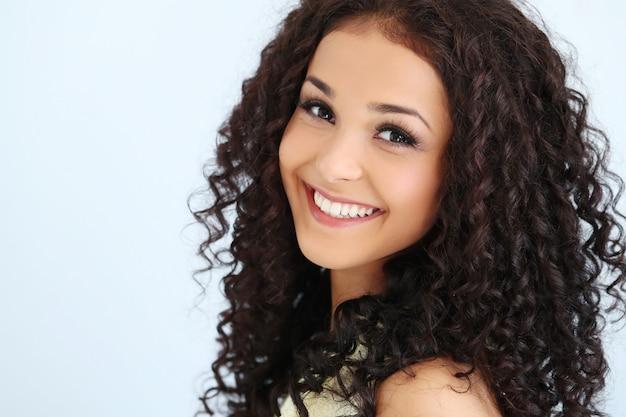 Bellissima giovane donna con i capelli ricci neri   Foto ...