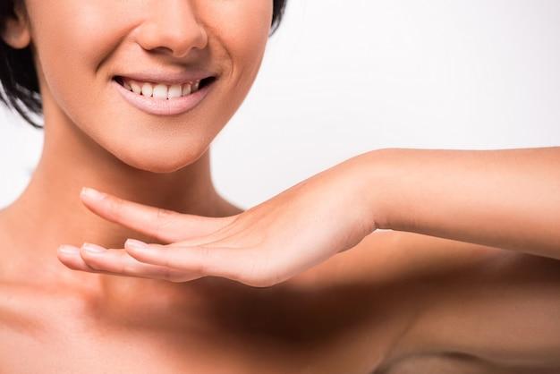 Bellissima giovane donna con la pelle pulita del viso. Foto Premium