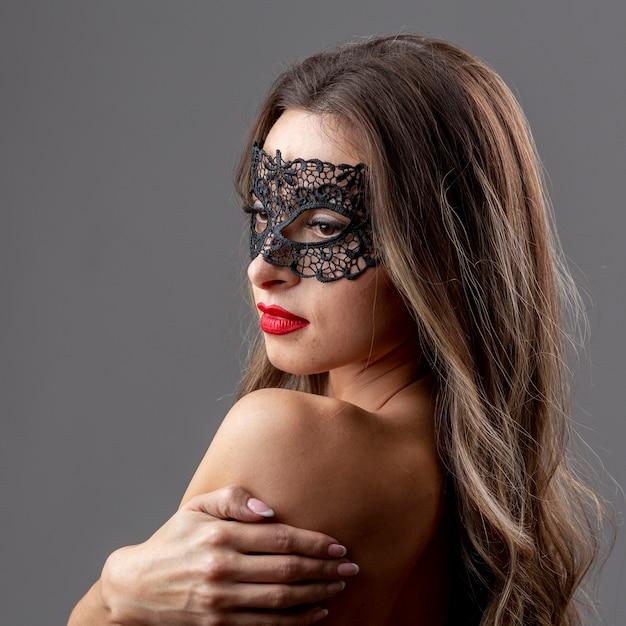 Bellissima giovane donna con maschera Foto Gratuite