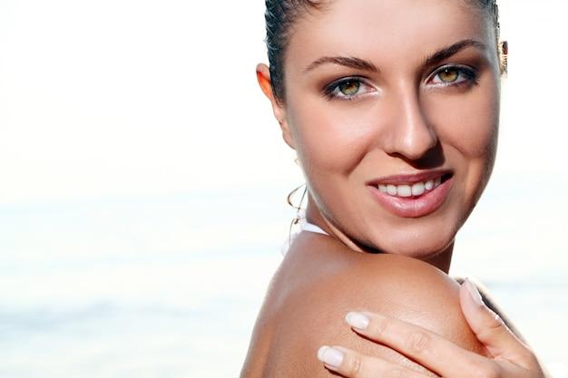 Bellissima giovane donna in spiaggia Foto Gratuite