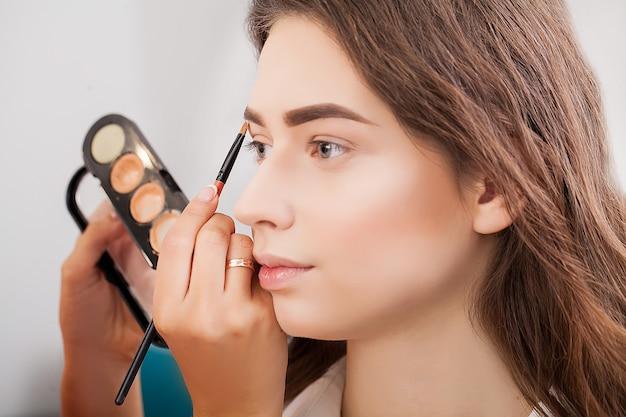 Bellissima modella nel salone di bellezza Foto Premium