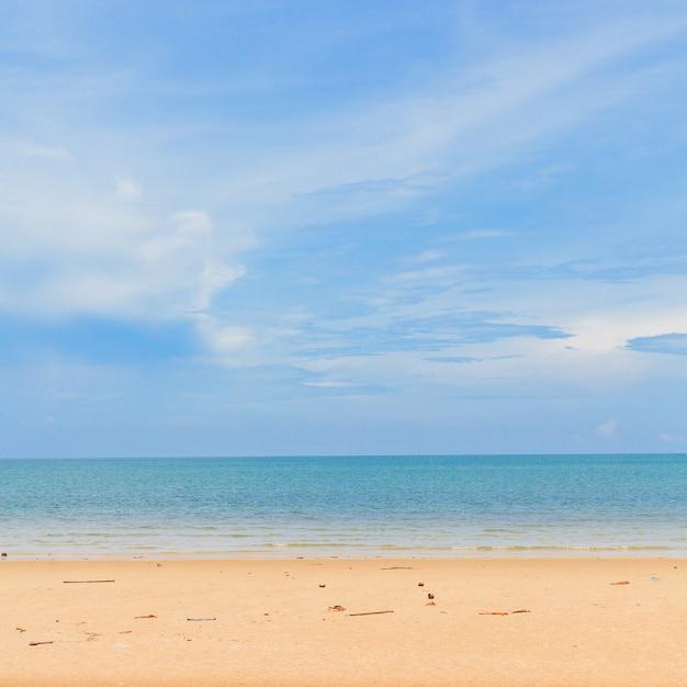 Bellissima spiaggia di sabbia e cielo blu Foto Premium