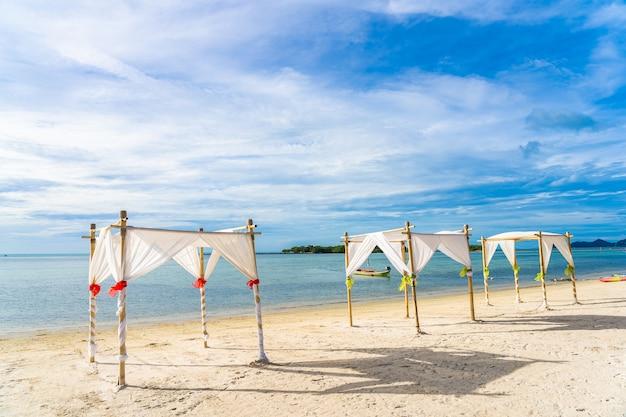 Bellissima spiaggia tropicale con archi nuziali Foto Gratuite