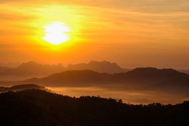 Bellissima vista sulla nebbia mattutina che riempie le valli Foto Premium