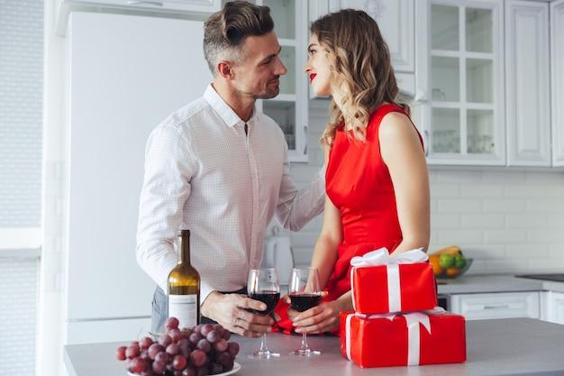 Bellissimi amanti che celebrano il giorno di san valentino e bevono vino Foto Gratuite
