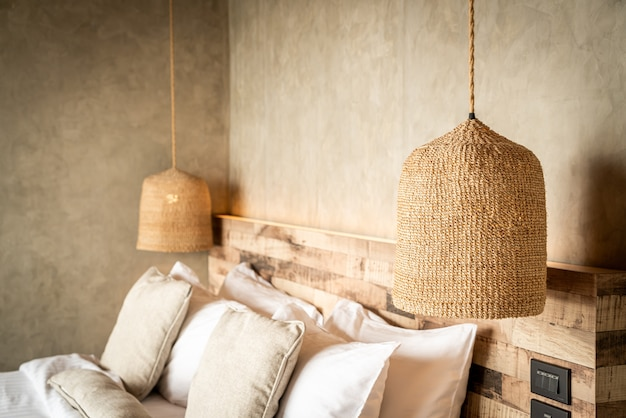 Bellissimi cuscini comodi sul letto Foto Premium