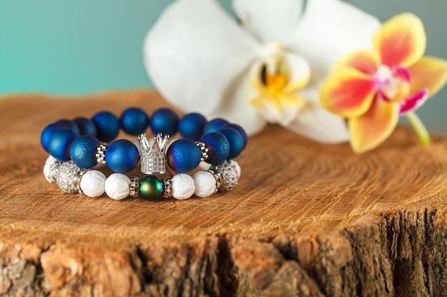 Bellissimi gioielli fatti di pietre naturali e accessori squisiti Foto Premium