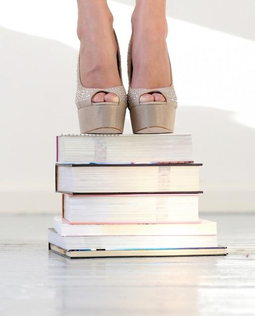 Bellissimi piedi su libri impilati Foto Gratuite