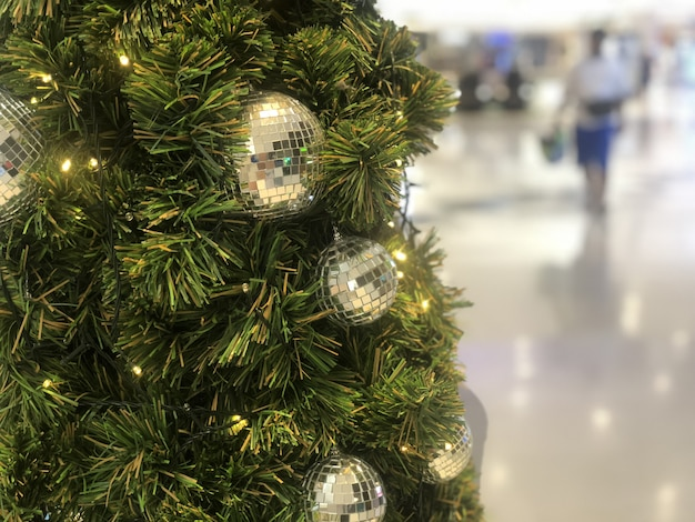 Bellissimo albero di natale decorato con sfere scintillanti in argento e oro Foto Premium