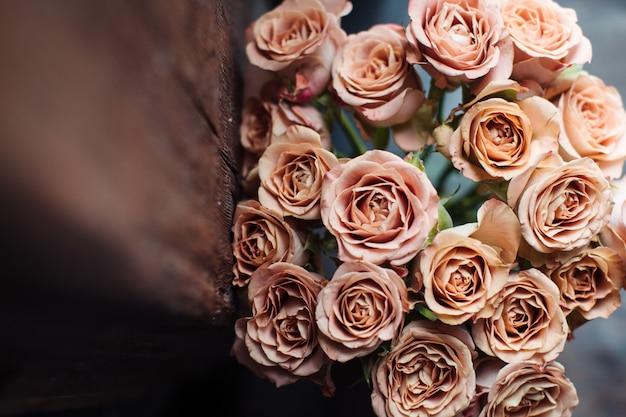 Bellissimo bouquet autunnale di rose rosa. il lavoro del fioraio. consegna fiori Foto Premium