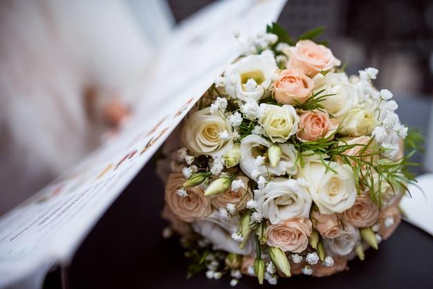 Bellissimo bouquet da sposa bianco Foto Premium