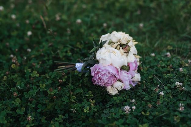 Bellissimo bouquet da sposa con rose bianche e peonie rosa Foto Premium