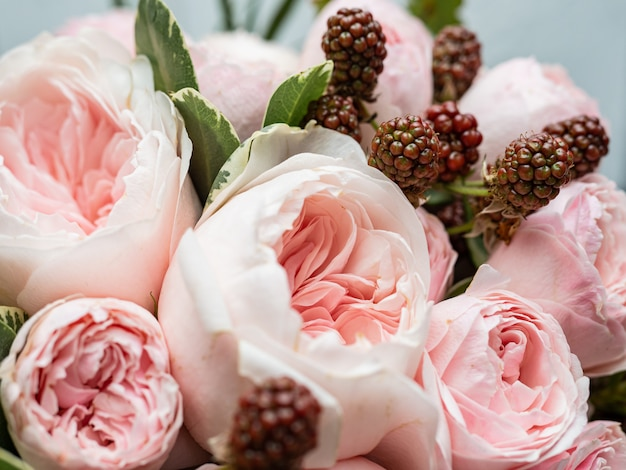Bellissimo bouquet da sposa di arbusto e peonia con rose rosa. Foto Premium