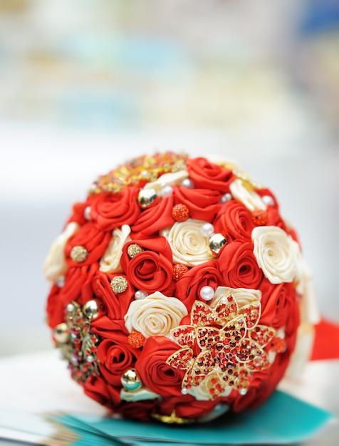 Bellissimo bouquet da sposa rosso Foto Premium