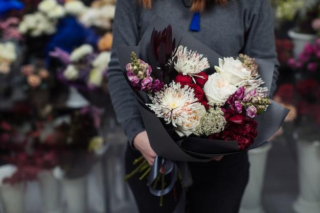 Bellissimo bouquet di fiori misti con peonie. Foto Premium