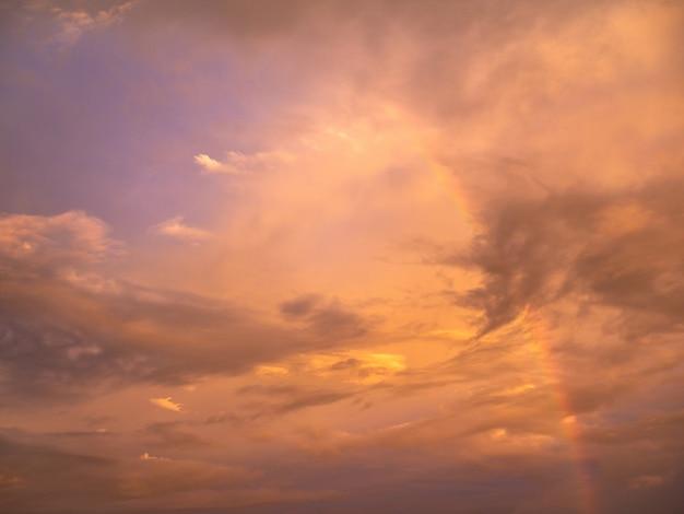 Bellissimo cielo al tramonto dolce e caldo Foto Premium