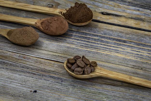 Bellissimo cucchiaino di legno con caffè sullo sfondo Foto Gratuite