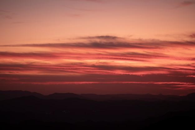 Bellissimo design del cielo rosso e rosa Foto Gratuite