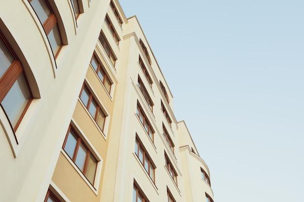 Bellissimo edificio contro il cielo blu Foto Premium