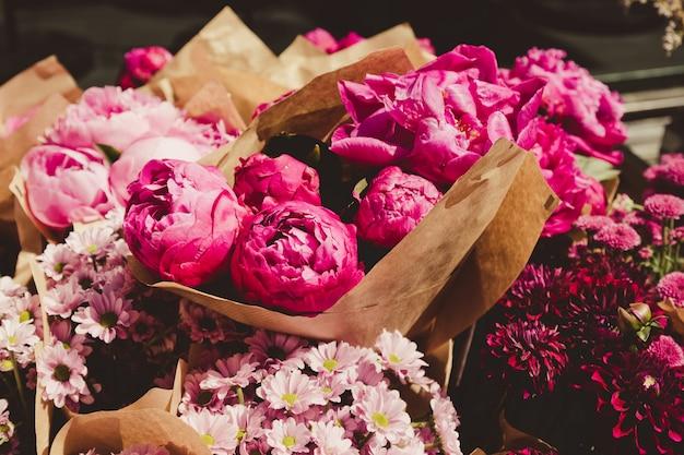 Bellissimo fiore di peonia per catalogo o negozio online. concetto di negozio floreale. bouquet di taglio fresco. consegna fiori Foto Premium