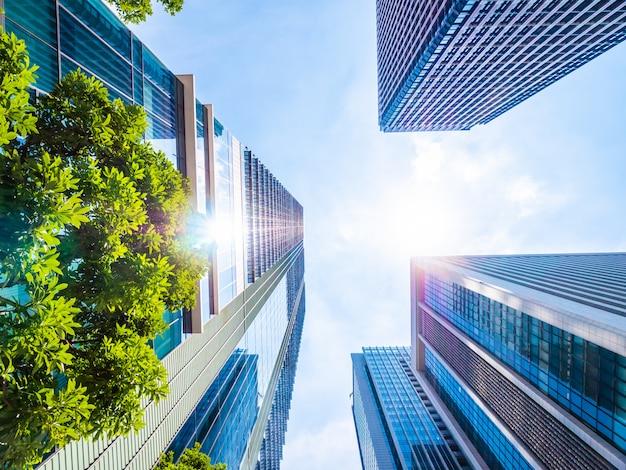 Bellissimo grattacielo con architettura e costruzione intorno alla città Foto Gratuite