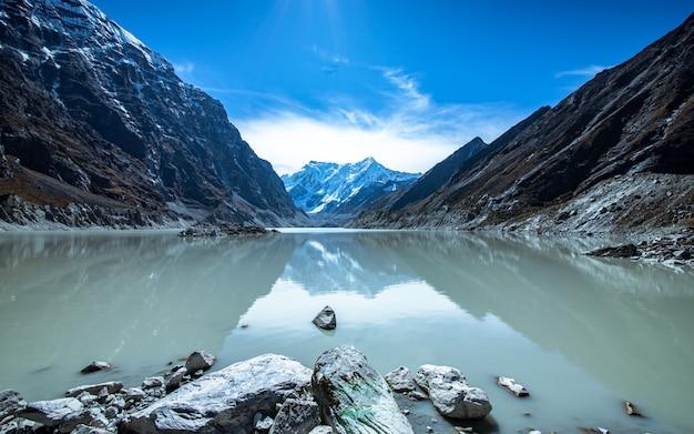 Bellissimo lago tsho rolpa, dolakha, nepal. Foto Premium