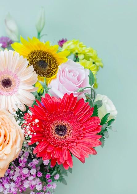 Bellissimo mazzo di fiori freschi su sfondo colorato Foto Gratuite