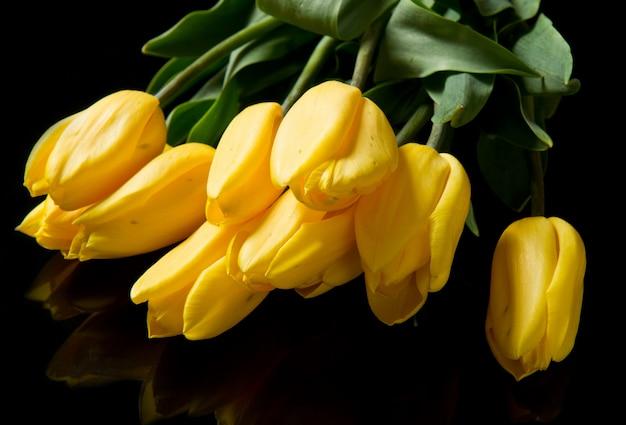 Bellissimo mazzo di tulipani gialli Foto Premium