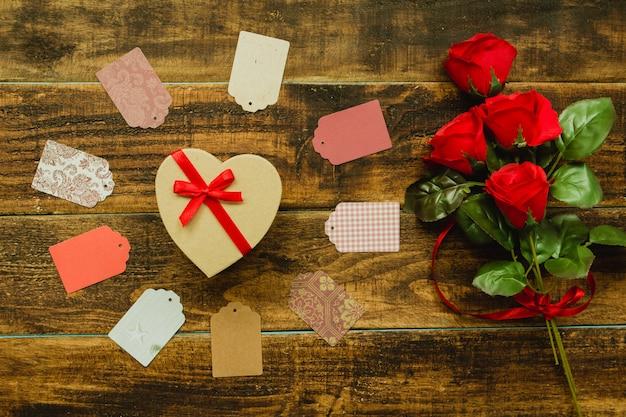 Bellissimo regalo a forma di cuore e nastro rosso Foto Premium