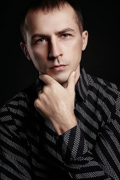 Bellissimo ritratto maschile su fondo nero Foto Premium