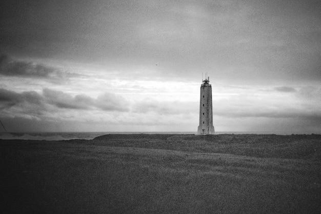 Bellissimo scatto di un faro sulla costa del mare Foto Gratuite