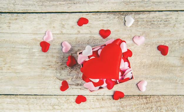 Bellissimo sfondo sul tema dell'amore della vacanza e di un umore piacevole. messa a fuoco selettiva Foto Premium