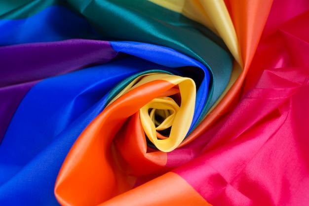 Bellissimo tessuto colorato arrotolato al centro che forma una rosa. Foto Premium