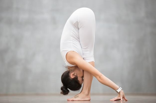 Bellissimo yoga: posa uttanasana Foto Gratuite