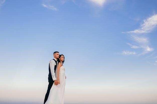 Bello abbracciare delle coppie di nozze all'aperto. Foto Premium