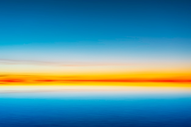 Bello cielo blu dopo il tramonto sul fondo del mare. Foto Premium