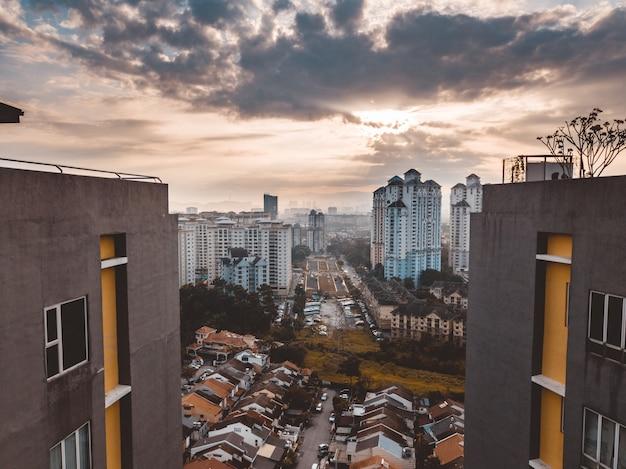 Bello colpo degli edifici di kuala lumpur sotto un cielo nuvoloso alla malesia Foto Gratuite