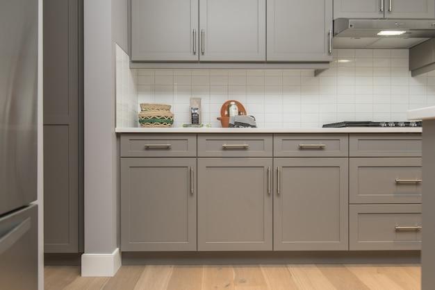 Bello colpo degli scaffali e dei cassetti di una cucina moderna della casa Foto Gratuite