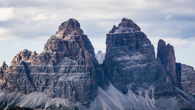 Bello colpo delle montagne di tre cime di lavaredo con un cielo nuvoloso Foto Gratuite