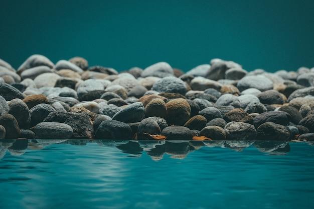 Bello colpo di acqua di riposo che riflette le rocce Foto Gratuite