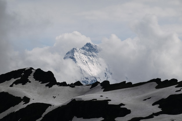 Bello colpo di alta montagna bianca sotto il cielo Foto Gratuite
