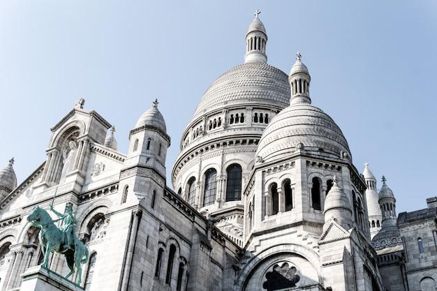 Bello colpo di angolo basso della cattedrale famosa di sacre-coeur a parigi, francia Foto Gratuite